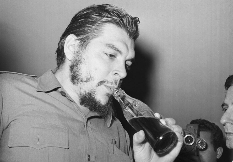 Ernesto Che Guevara tomando Coca Cola